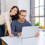 Un couple devant un ordinateur