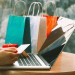 Femme qui fait du shopping sur internet