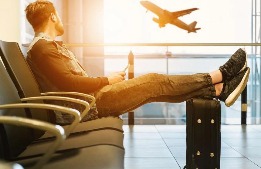 Un homme à l'aéroport