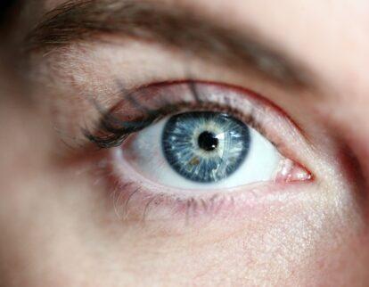 oeil bleu femme cils sourcils